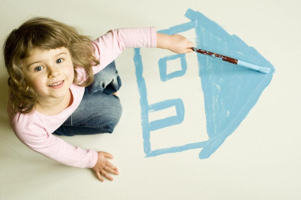 ребенок рисует домик